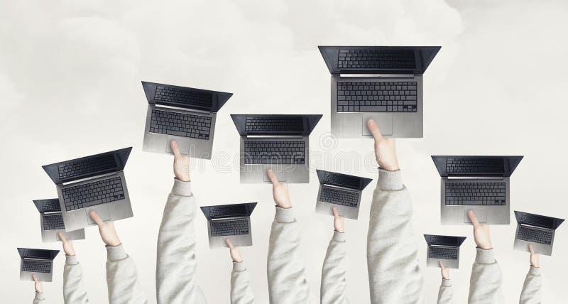 Bärbara datorer i händer royaltyfri fotografi