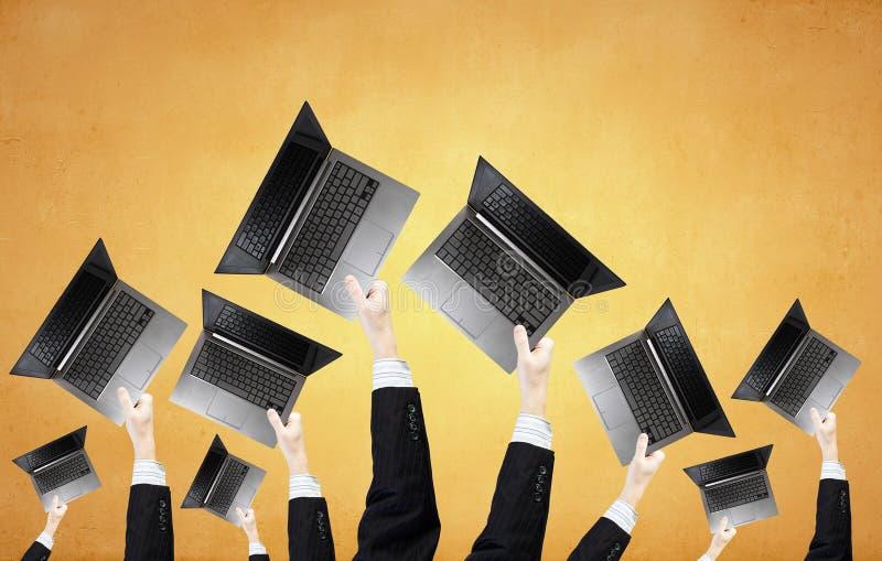 Bärbara datorer i händer royaltyfri bild