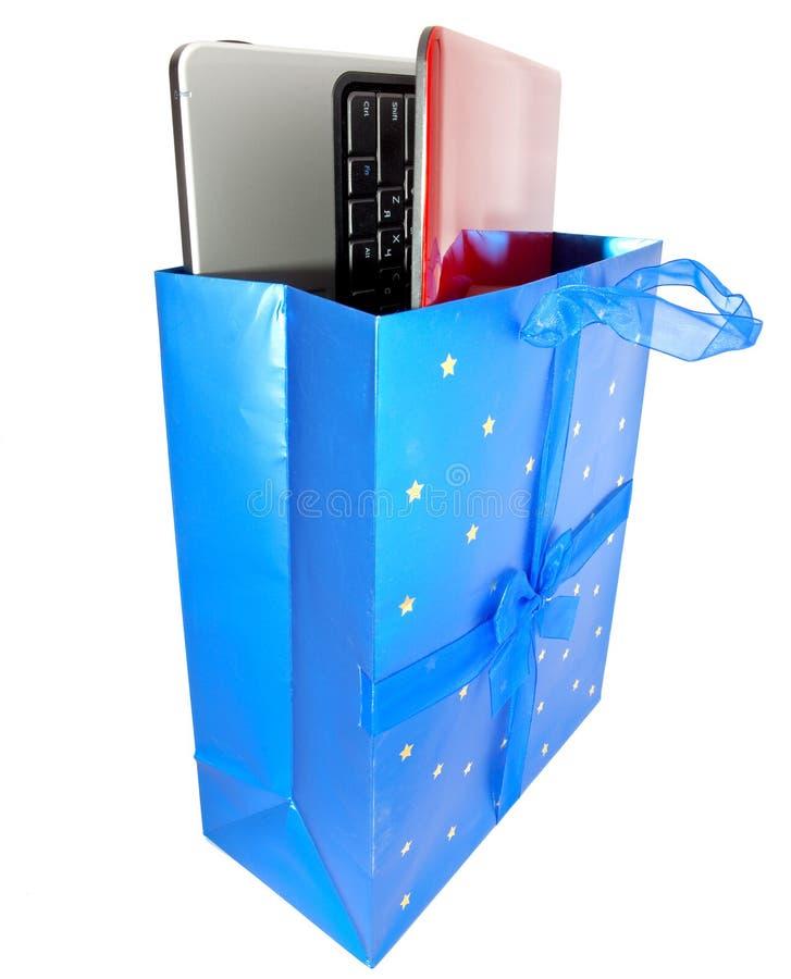 Bärbara datorn i gåvapacke fotografering för bildbyråer