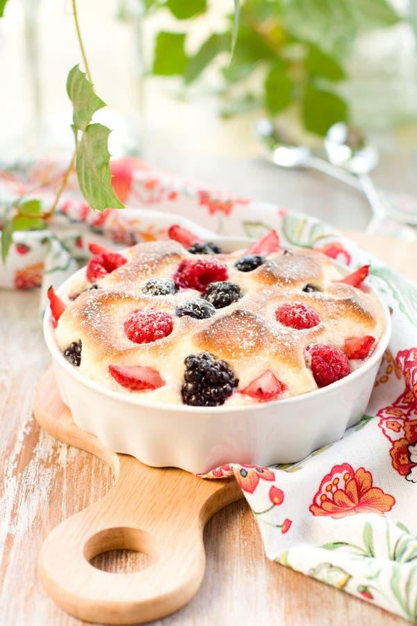 bärclafoutis bär fruktt pudding royaltyfria foton