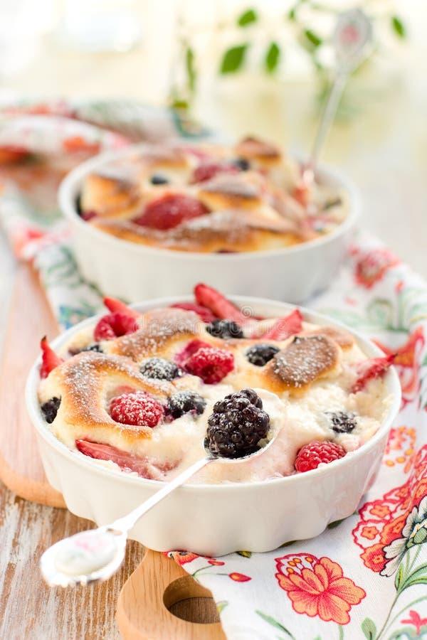 bärclafoutis bär fruktt pudding arkivfoto