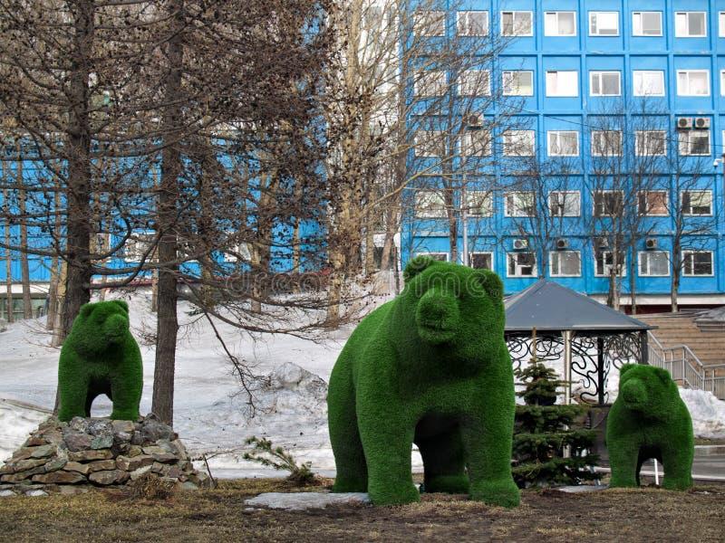 Bären stellt ein Element des Landschaftsdesigns im zentralen squa dar stockbilder