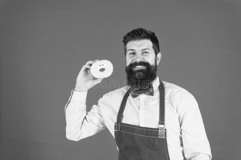 Bärgade vältrimmade män i apron som säljer nötter Mat Bakade varor Söder och kakor Skräppmat Hisstrå royaltyfri fotografi