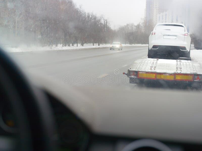 Bärgningsbil i vinter royaltyfria bilder