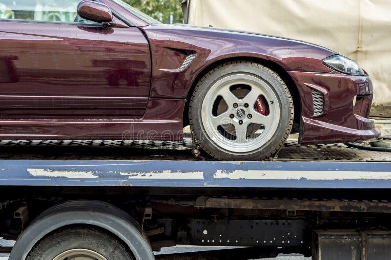 Bärgningsbilar, efter olyckan har transporterat bilmärket Nissan Russia, St Petersburg, September 2018 arkivfoto
