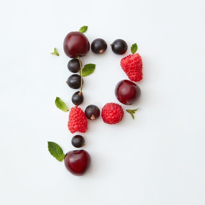 Bärmodell av det engelska alfabetet för bokstav P från naturliga mogna bär - svart vinbär, körsbär, hallon, mintkaramellblad royaltyfria bilder