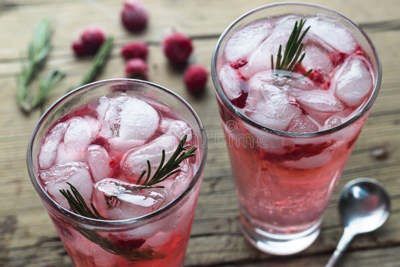 _ bärmojito, sommar som förnyar, drinkar, limefrukt, mintkaramell, björnbär, hallon, lantligt som är trä, kopieringsutrymme, bäst fotografering för bildbyråer