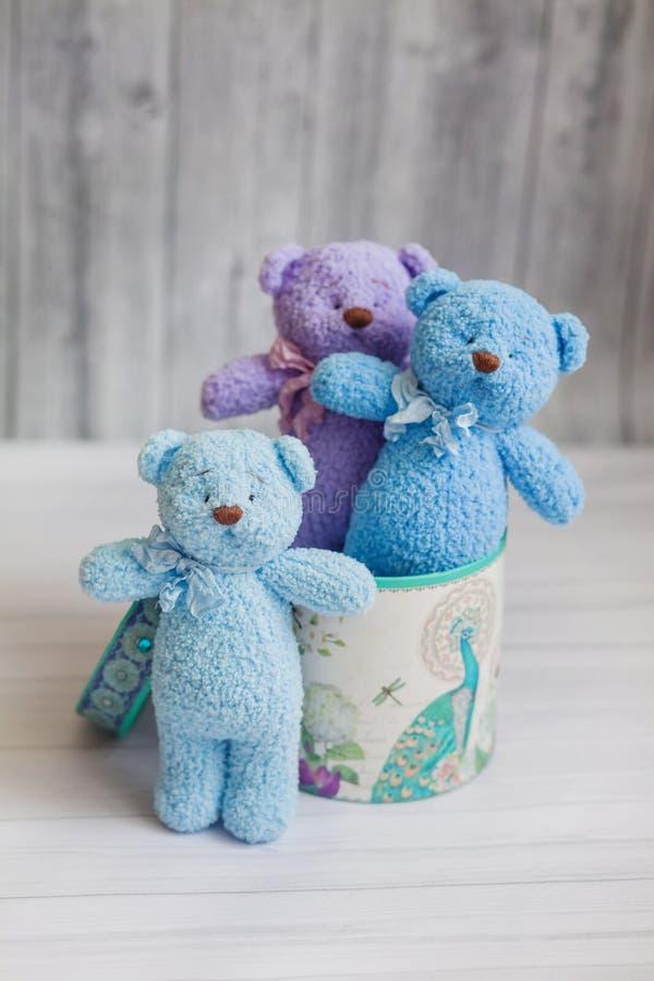 Bärnspielwaren strickten in einer Geschenkbox, handgemacht, Geschenk zu den Kindern lizenzfreie stockfotos