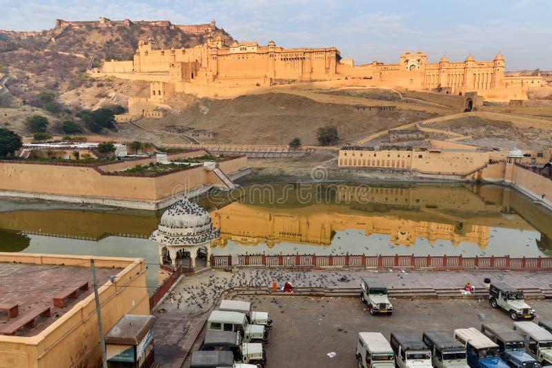 B?rnstensf?rgat fort och slott i Maotha sj?n jaipur Rajasthan india royaltyfria bilder