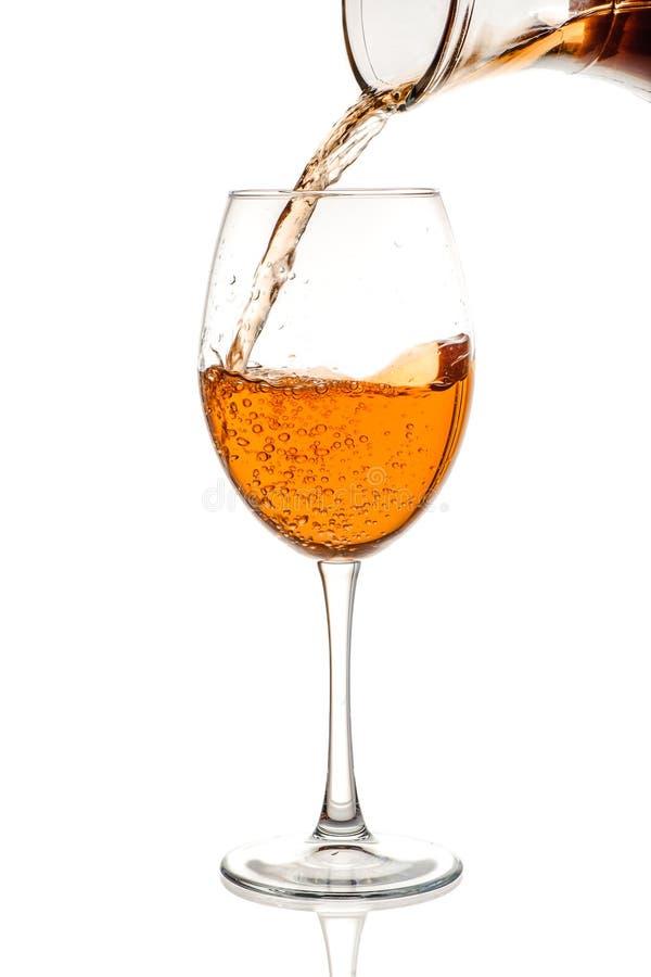 Bärnstensfärgat vin i exponeringsglaset arkivfoto