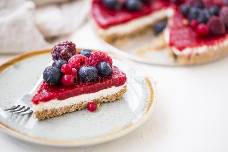 Bärostkakaskiva, nya djupfrysta röda frukter och ostkakaskiva fotografering för bildbyråer