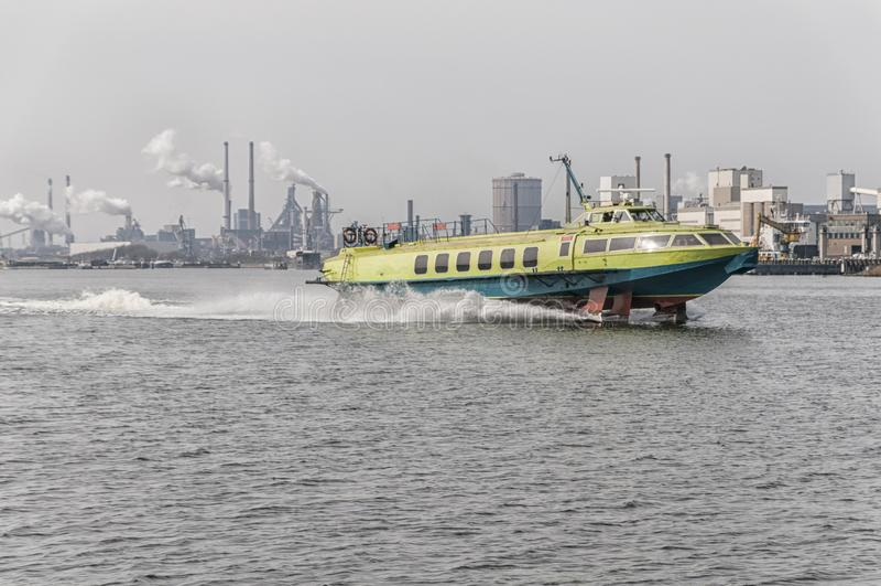 Bärplansbåt för fullt i en holländsk kanal royaltyfria foton