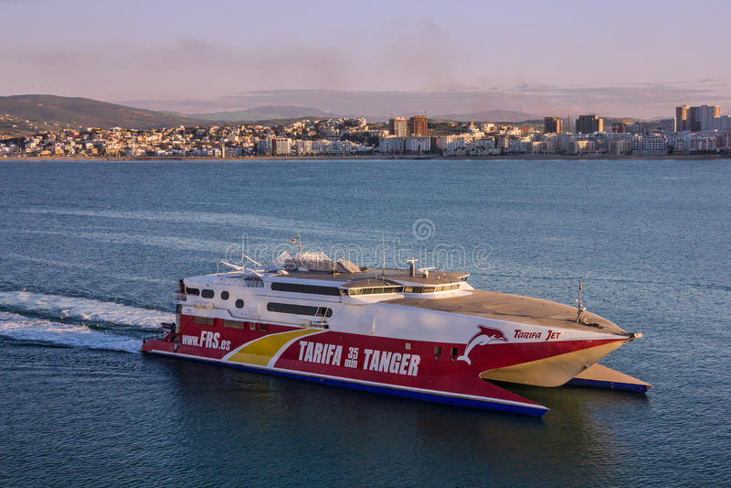 Bärplansbåtskepp i Tanger, Marocko som seglar längs sjösidan arkivfoto