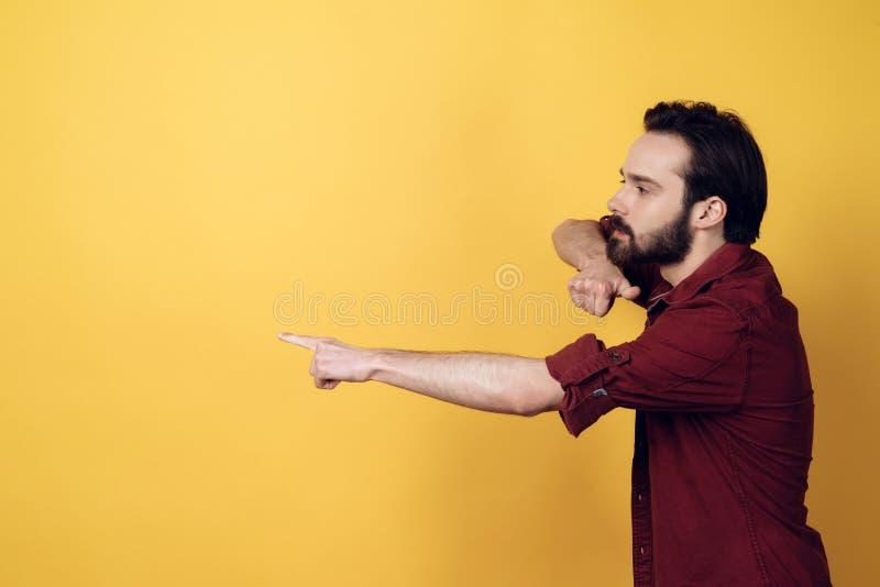 Bärtige verärgerte aggressive Mann-Punkte mit dem Finger stockfoto