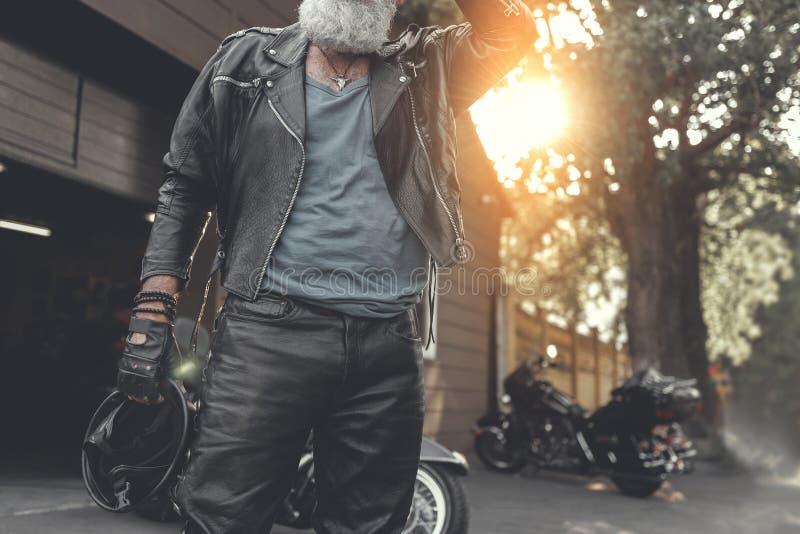 Bärtiger alter Mann nahe Garage stockfotos
