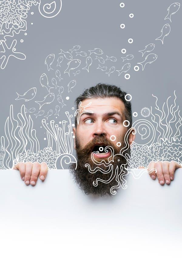 Bärtiger erschrockener Mann mit Papier und Aquarium stockfotografie