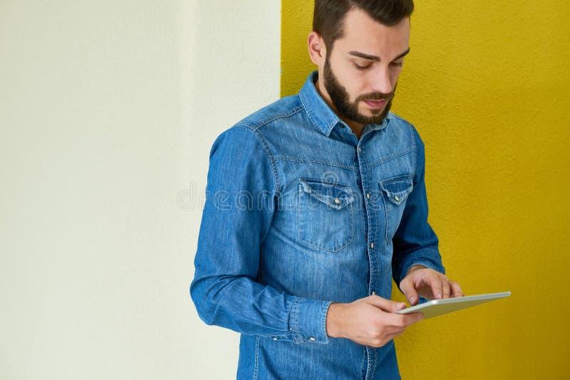 Bärtiger Geschäftsmann Using Digital Tablet lizenzfreie stockbilder