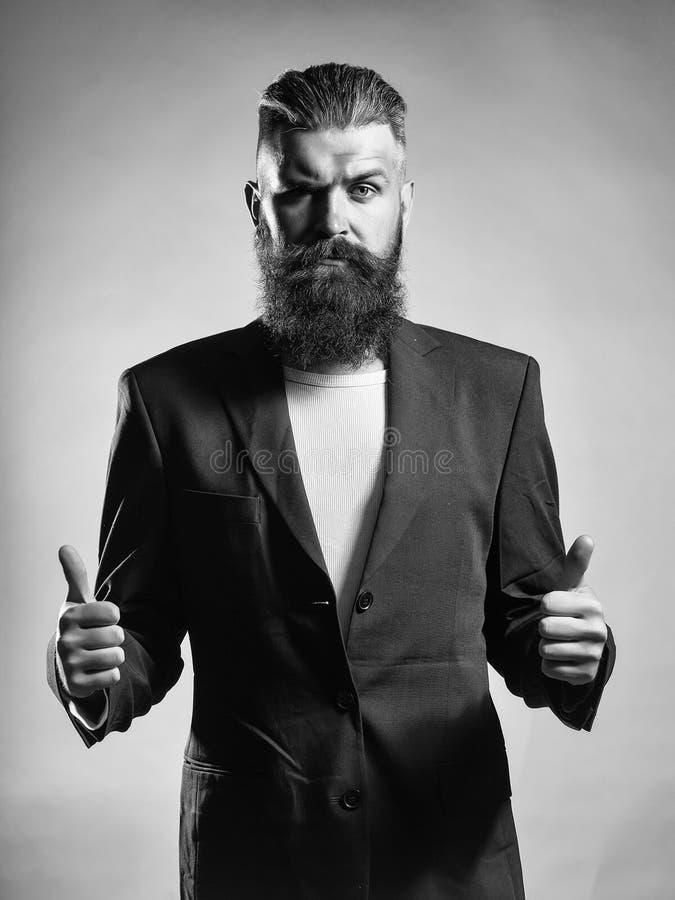 Bärtiger gutaussehender Mann in der Jacke lizenzfreies stockbild