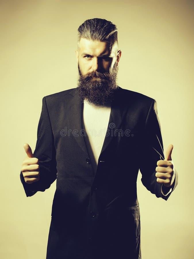 Bärtiger gutaussehender Mann in der Jacke stockfotografie
