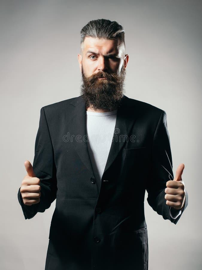 Bärtiger gutaussehender Mann in der Jacke lizenzfreie stockfotos