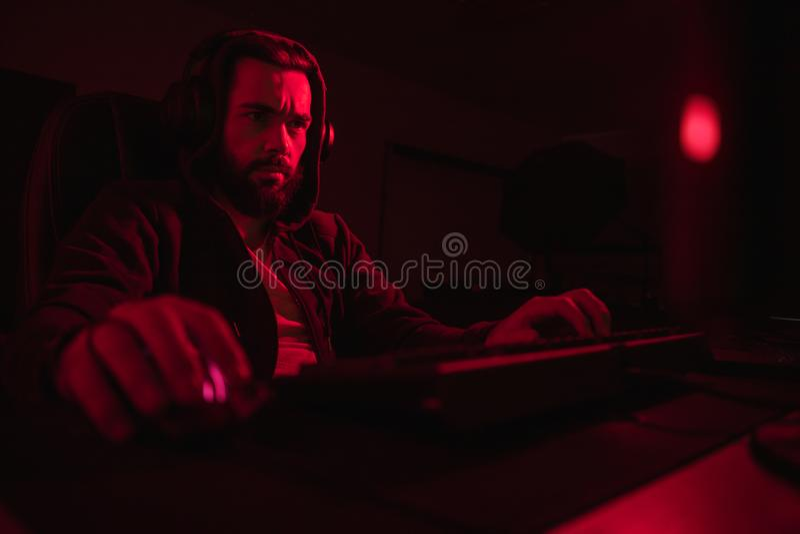 Bärtiger Hacker, der Computer verwendet stockbild