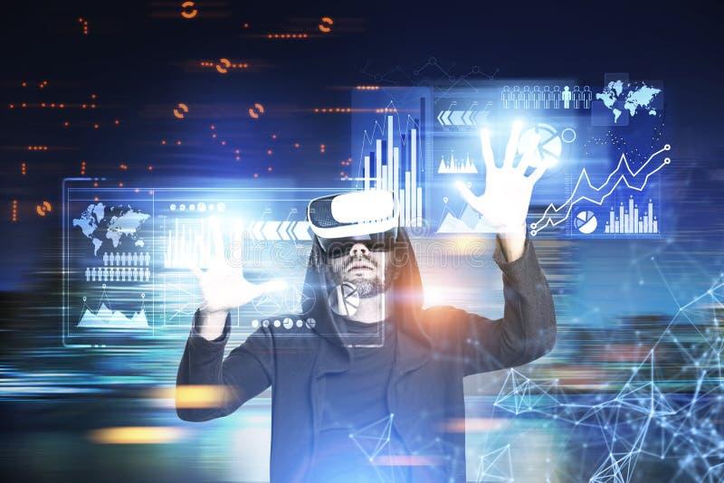 Bärtiger Hacker in einer Nachtstadt, Diagramme lizenzfreies stockbild