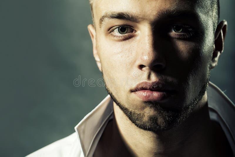 Bärtiger junger Mann stockbild