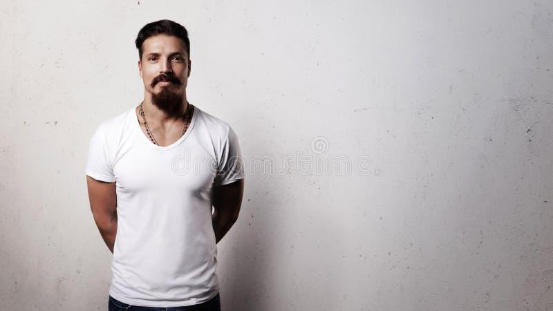 Bärtiger Kerl im leeren T-Shirt stockbilder