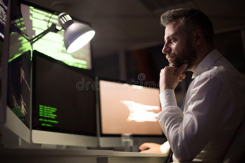 Bärtiger Kodierer konzentriert auf Arbeit stockfoto