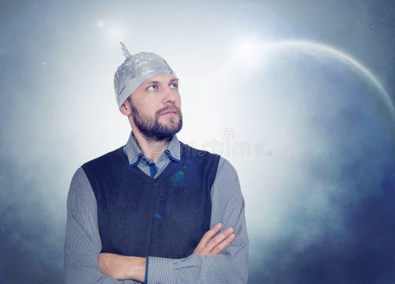 Bärtiger lustiger Mann in einer Kappe der Aluminiumfolie Konzept von kosmischen Fantasien lizenzfreies stockbild