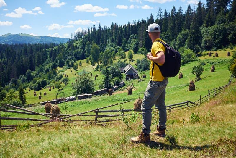 Bärtiger männlicher Wanderer, der erstaunliche Landschaft betrachtet lizenzfreie stockfotografie