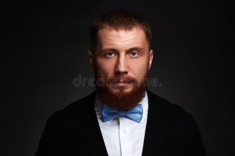 Großer gutaussehender Mann