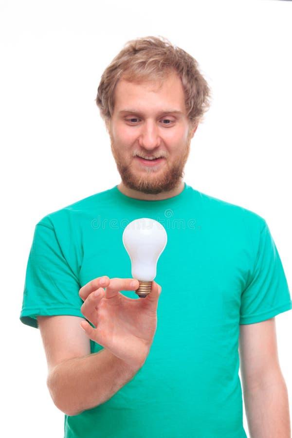 Bärtiger Mann, der eine Glühlampe der Idee hält lizenzfreies stockbild