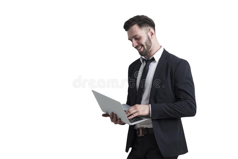Bärtiger Mann, der einen Laptop, lokalisiert hält lizenzfreie stockfotografie