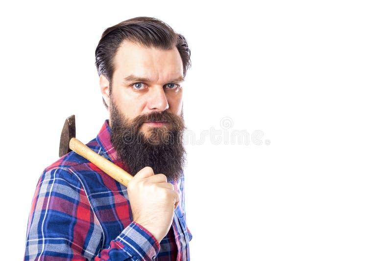Bärtiger Mann, der Hammer auf Weiß hält stockbild