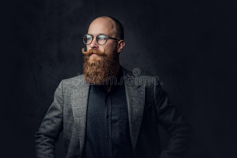 Bärtiger Mann der Rothaarigen in einer Klage lizenzfreie stockfotografie