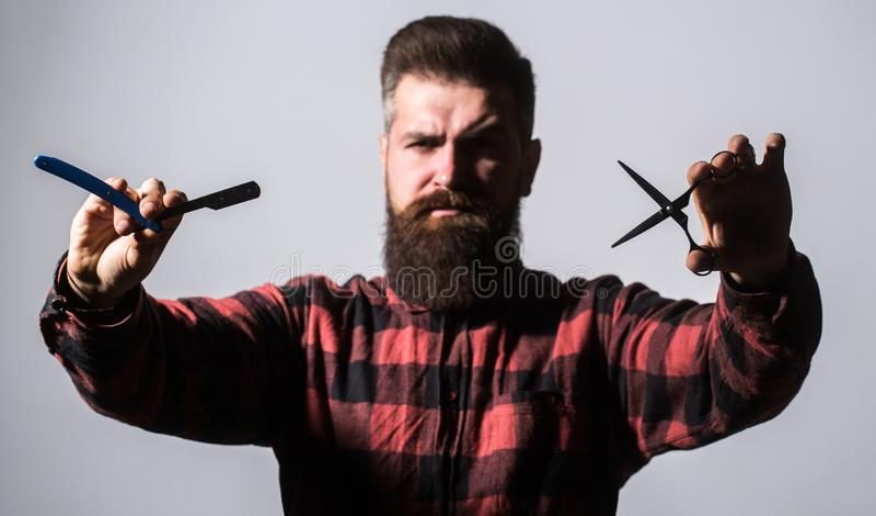 Bärtiger Mann, langer Bart, grober, kaukasischer Hippie mit dem Schnurrbart Friseurscheren und gerades Rasiermesser, Friseursalon stockbilder