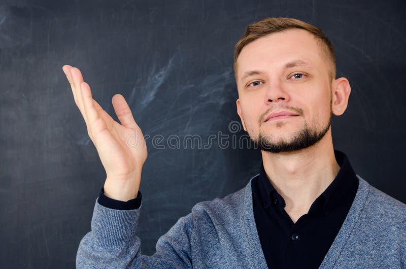 Bärtiger Mann macht eine willkommene Geste mit einer offenen Hand lizenzfreies stockfoto