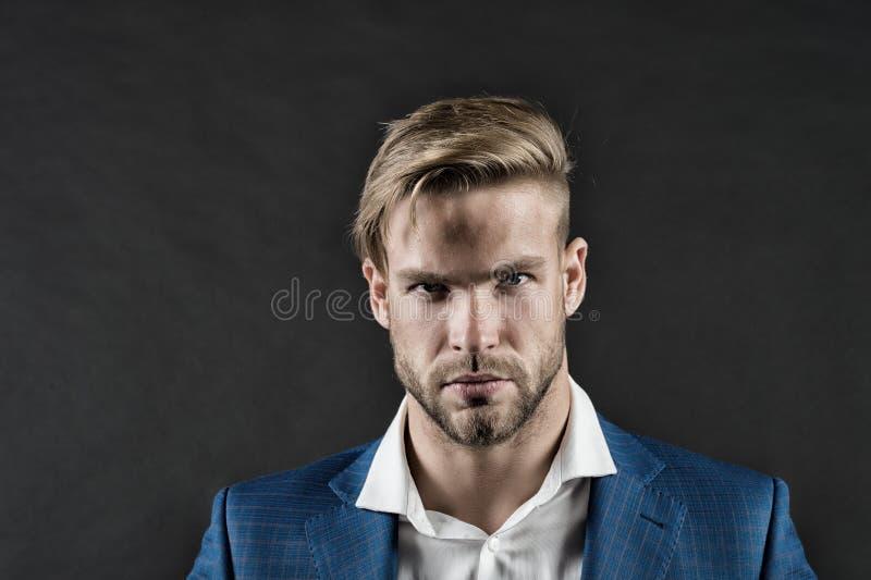 Bärtiger Mann mit Bart auf unrasiertem Gesicht Geschäftsmann mit stilvollem Haarschnitt Pflegen und Haarpflege im Friseursalon Bu stockfoto