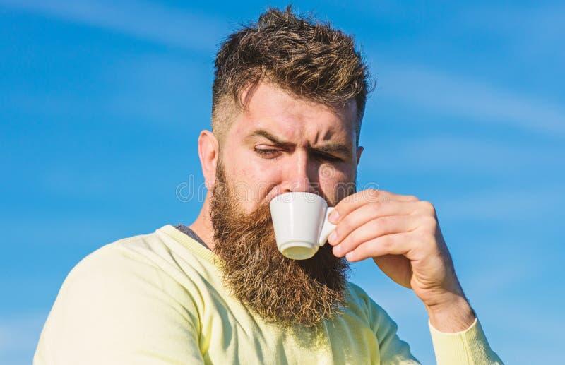 Bärtiger Mann mit Espressobecher, Getränkkaffee Kaffeefeinschmeckerkonzept Mann mit langem Bart genießen Kaffee Mann mit Bart stockfoto