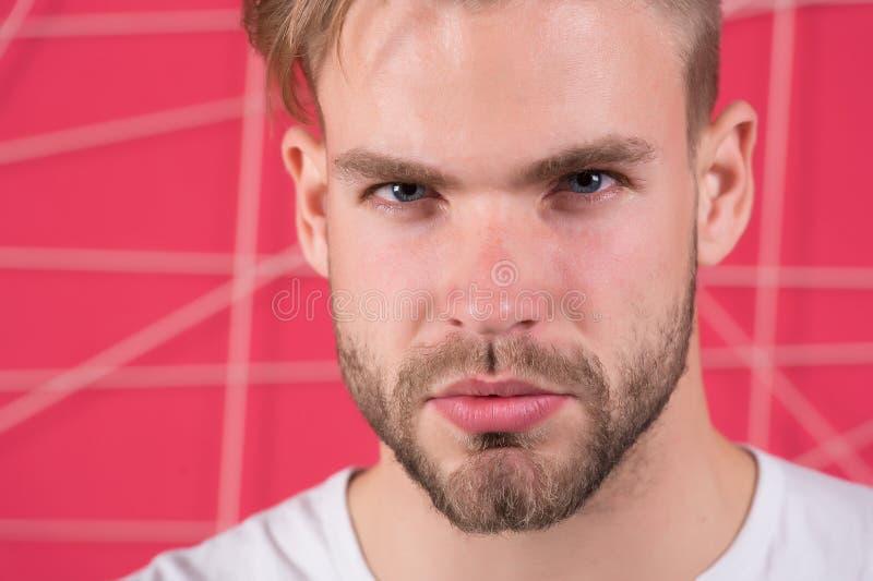 Bärtiger Mann mit gesunder junger Haut Kerl mit dem Bart- und Schnurrbarthaar Macho mit unrasiertem Gesicht Bartpflegen und -sorg lizenzfreies stockfoto