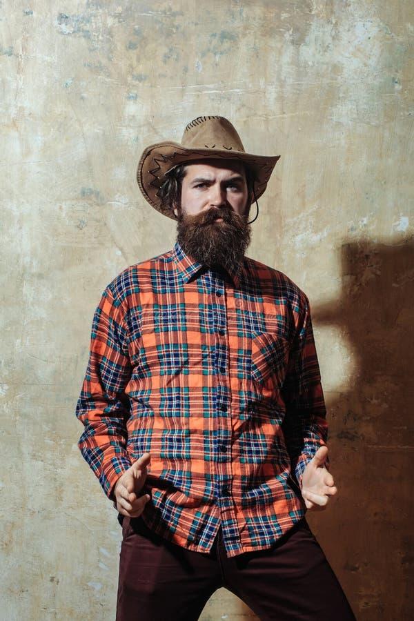 Bärtiger Mann mit langem Bart im Cowboyhut stockbild