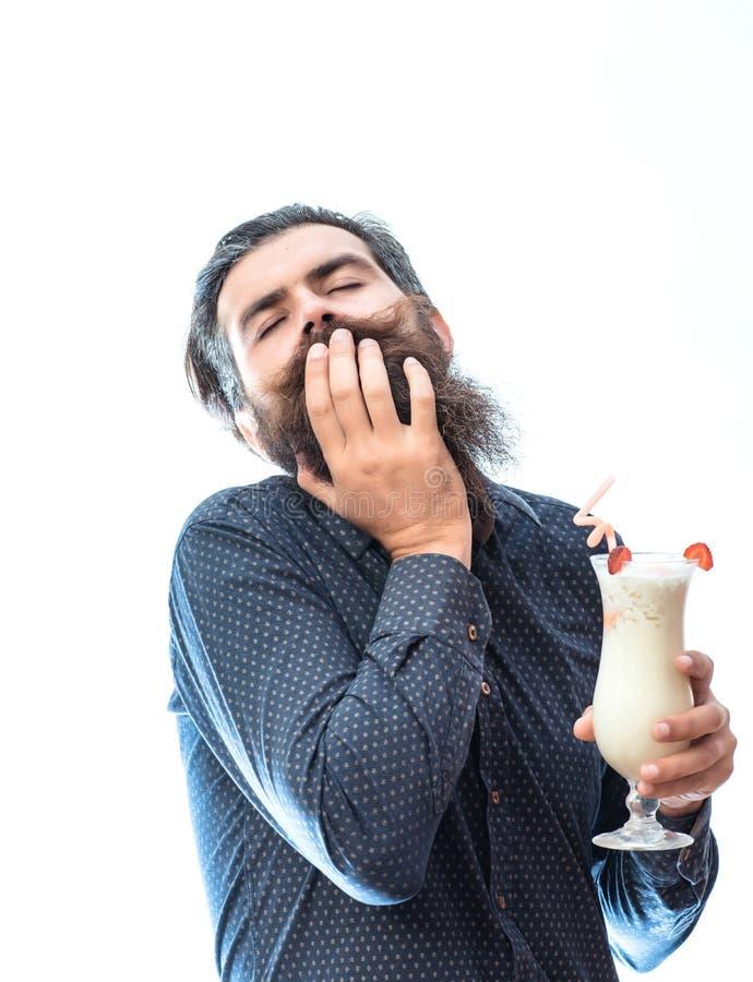 Bärtiger Mann mit nicht alkoholischem Cocktail lizenzfreies stockbild