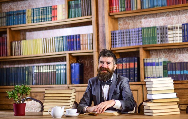 Bärtiger Mann mit vielen Büchern stockfotografie