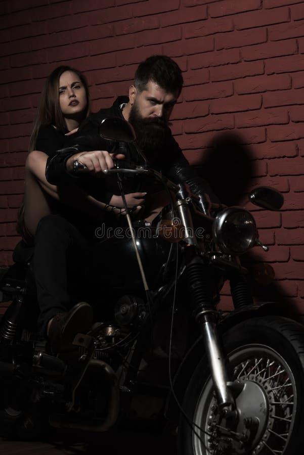 Bärtiger Mann und sinnliche Frau reiten Motorrad, Abenteuerkonzept Lets gehen auf ein neues Abenteuer lizenzfreie stockbilder