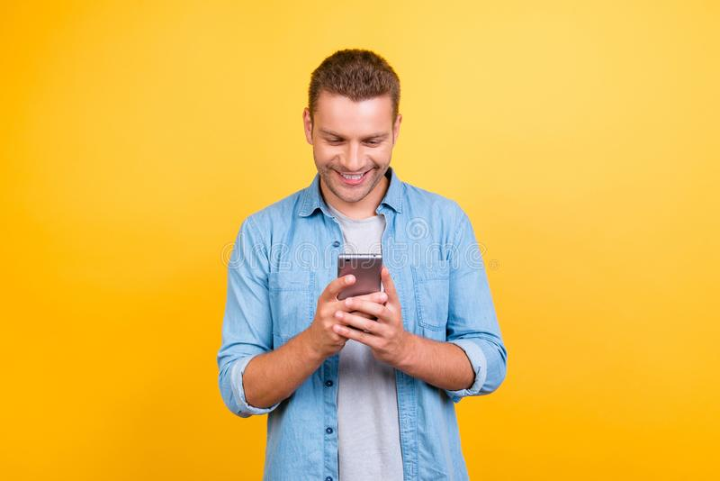 Bärtiger, netter, attraktiver Kerl in der zufälligen Ausstattung, Jeanshemd, lizenzfreies stockfoto