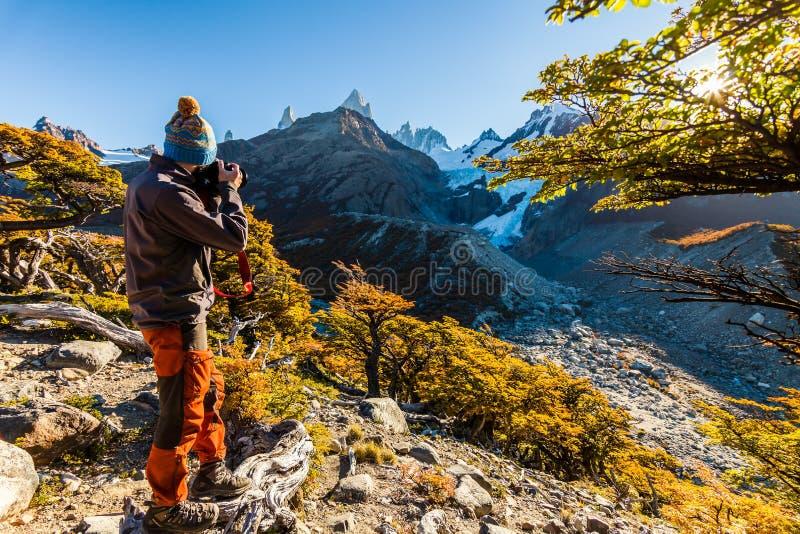 Bärtiger touristischer Mann im Hintergrund von einer Berglandschaft lizenzfreies stockbild