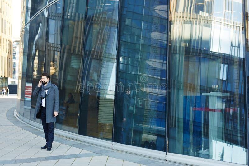 Bärtiger Unternehmer am Bürogebäude stockfotografie