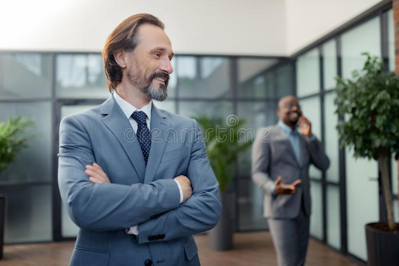 Bärtiges reifes Geschäftsmanngefühl motiviert vor Verhandlung lizenzfreies stockbild