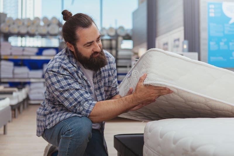Bärtiges reifes Manneinkaufen am Möbelgeschäft lizenzfreie stockbilder